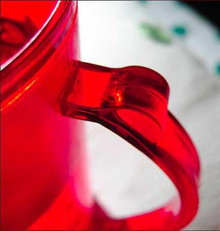 Глоток воды из красного стакана