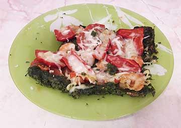 Пицца с коржом из шпината с креветками, помидорами и перцем